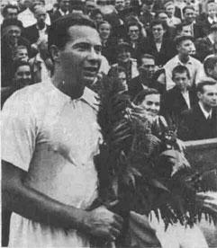 Игроком неповторимой тактической выдумки и постоянной нацеленности на атаку, с всесокрушающим ударом справа и неукротимой волей к победе вошел в историю отечественного тенниса Николаи Озеров - многократный чемпион СССР.