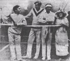 Общеизвестна дружба с теннисом звезд мирового кино. На памятной фотографии - Чарли Чаплин, Мэри Пикфорд, Дуглас Фербенкс с первой ракеткой мира 20-х годов Б.Тилденом (США).