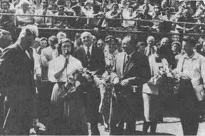 Сенсация, впервые в Англии советские теннисисты. Перед началом соревнований их торжественно приветствуют.
