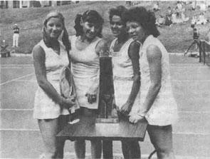 ''Четыре мушкетёрши'' - так назвала одна из французских газет участниц первого в истории мирового тенниса ''турнира четырех звезд'' - К.Эверт, О.Морозову и И.Гуллагонг, Б.Кинг.