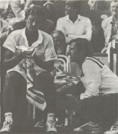 Я.Кодеш, победитель Уимблдона 1973 года, теперь уже тренер национальной сборной ЧССР. Его советам внимает М.Мечир, новая чехословацкая