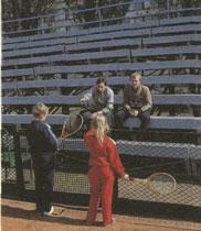 Занятия окончены. Знатные шахтеры А.Теплинский и А.Демин ждут своих детей - Ольгу и Максима.