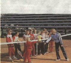 Большинство занимающихся - дети шахтеров. Город подарил советскому теннису чемпионов СССР М. Крошину, Е.Елисеенко и Ю.Филева.