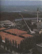 Столицу угольного Донбасса Донецк не зря называют теннисной столицей Украины. Посмотрите, какой там замечательный теннисный стадион с оригинальным ''высотным светильником''.
