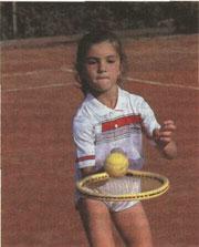 Чтобы теннису научиться, с мячом надо хорошенько сдружиться.