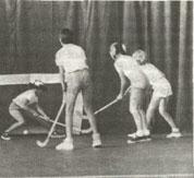 Девочки-теннисистки не должны избегать мальчишеских спортивных игр.