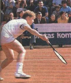 Нападение у сетки - излюбленная тактика одной из ведущих советских теннисисток Ларисы Савченко.